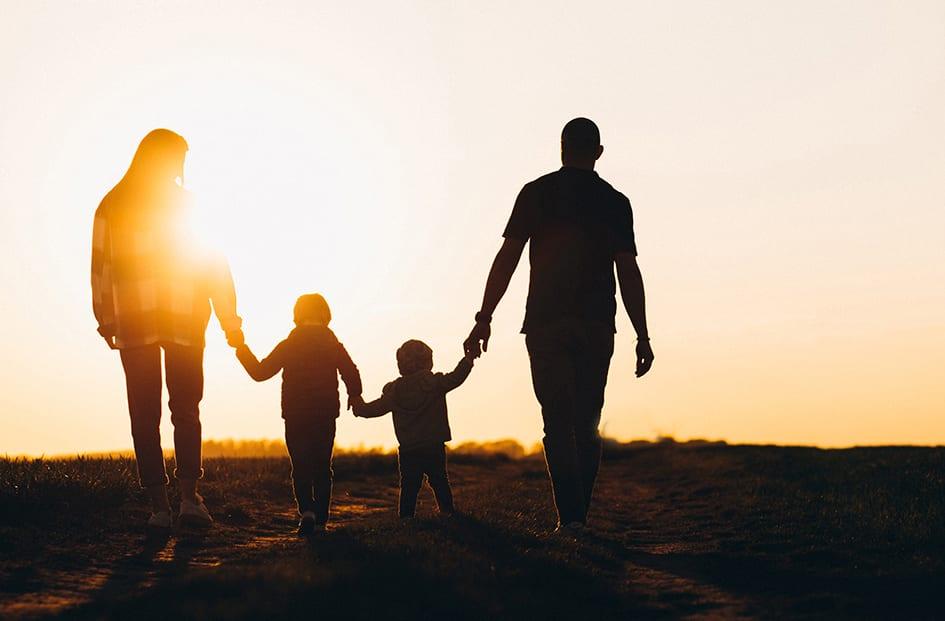 Famille de détective heureuse silhouette sunset faisant appel à un Détective privé Genève